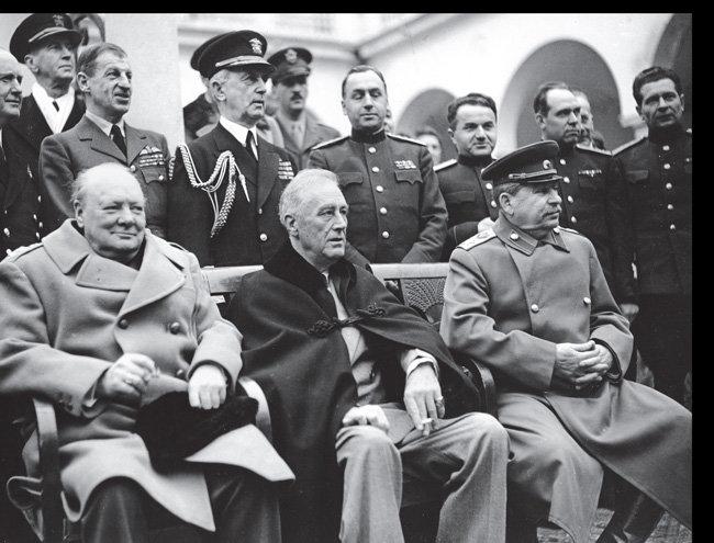 1945년 2월 소련 얄타의 리바디아 궁전에 모인 연합국 수뇌들. 앞줄 왼쪽부터 처칠 영국 총리, 루스벨트 미국 대통령, 스탈린 소련 공산당 서기장. 이들은 승전 뒤 미국, 영국, 프랑스, 소련 등 4국이 독일을 분할 점령한다는 것 등에 합의했다.