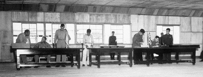 1953년 7월 27일 정전협정 조인식. [미국국립문서기록관리청 제공]