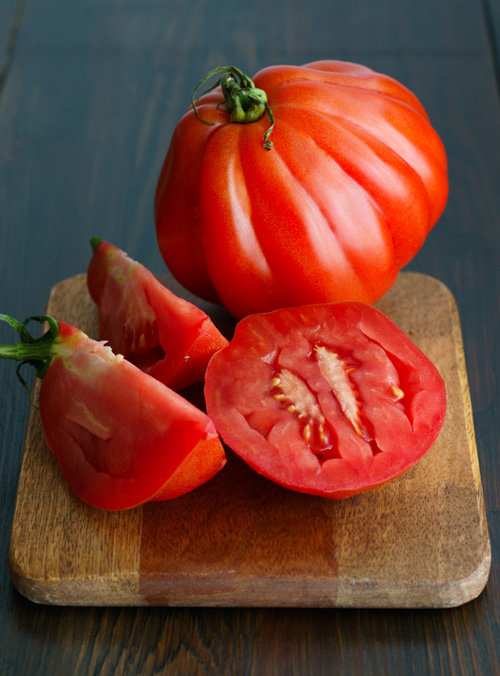 건장한 근육을 가진 것처럼 다부지게 생겨 '소의 심장'이라 불리는 토마토. [GettyImage]