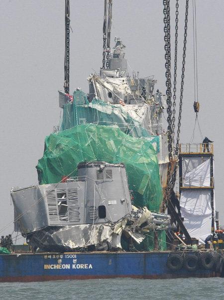 2010년 4월 24일 백령도 앞바다에서 그해 3월 26일 침몰한 천안함의 함수 인양 작업이 실시됐다. [김재명 동아일보 기자]