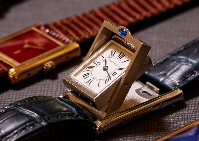 시계가 위로 들리는 CARTIER Basculante.