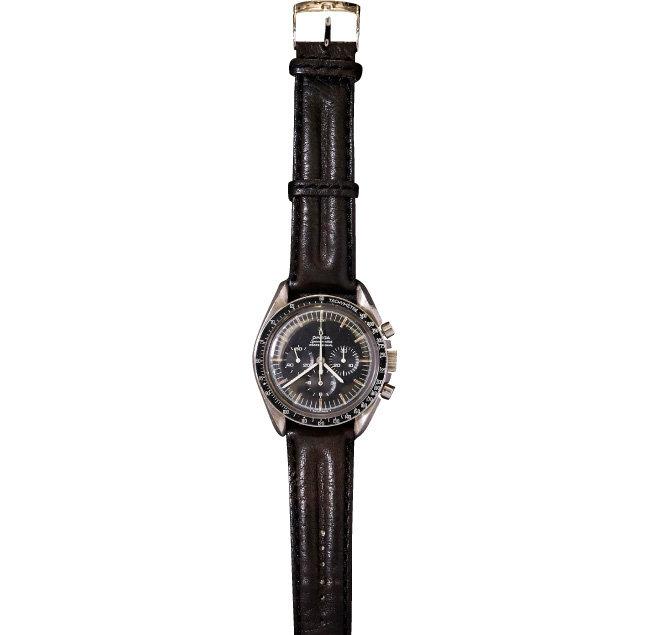 OMEGA SPEED MASTER PROFESSIONAL. 1969년 인류 최초로 달에 착륙한 아폴로호 우주 비행사들이 차고 있던 오메가 스피드마스터 시계와 같은 무브먼트를 장착한 제품이다.