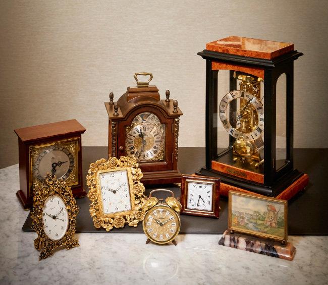 왼쪽 하단부터 Style built(1960년대), Linden(1960년대), Peter(1970년대), Cartier(1970년대), 브랜드 불명(1960년대),  BULL BEDFORD(1960년대), WARMINK(1960년대),  Franz Hermle(1980년대) 시계.