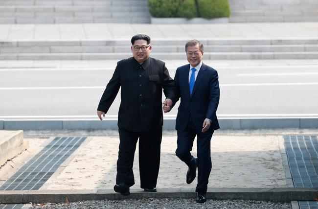 2018년 4월 27일 문재인 대통령과 김정은 북한 국무위원장이 함께 손을 잡고 판문점 분단선을 넘어 남쪽으로 건너오고 있다. [원대연 동아일보 기자]
