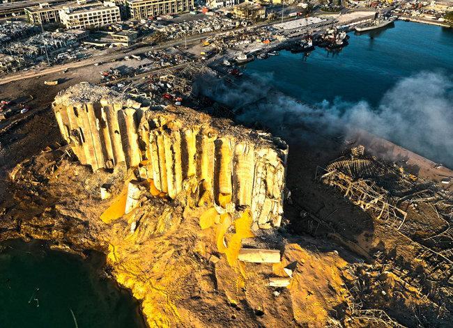 폭발 하루가 지난 5일 레바논 베이루트 항구 폭발 현장.