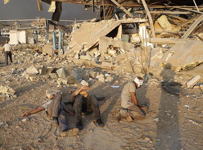 4일 부상자들이 사고 현장에서 구조를 기다리고 있다.