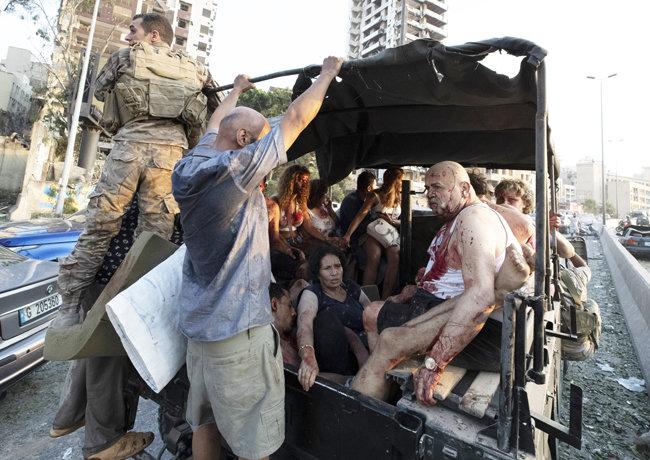 4일 부상자들이 차량으로 대피하고 있다.