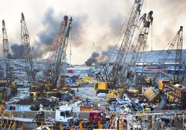 4일 폭발과 연기는 베이루트 시내 먼 곳에서도 목격됐다.