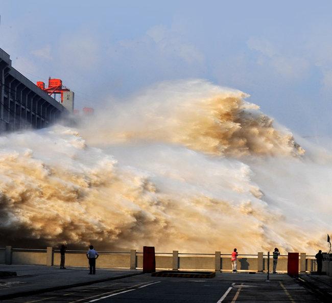 중국 후베이성 싼샤댐 수문에서 7월 25일 모든 것을 삼켜버릴 듯한 거대한 물줄기가 방류되고 있다. [신화=뉴시스]