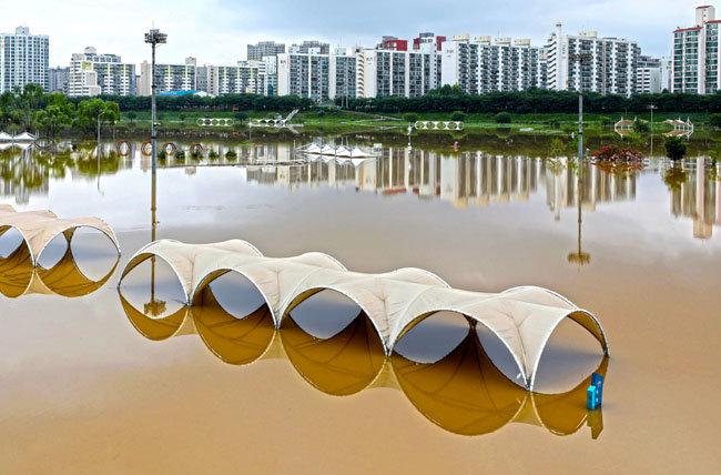 8월 6일 안양천이 범람해 서울 양천구 신정교 인근 시설물이 물에 잠겼다. [뉴시스]