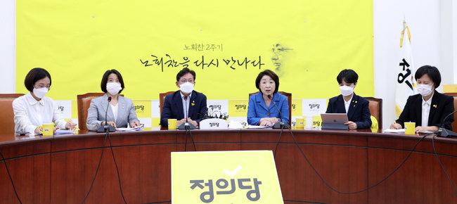 심상정 정의당 대표(오른쪽 세 번째)가 7월 21일 서울 여의도 국회에서 열린 정의당 의원총회에서 모두발언을 하 고 있다. 그뒤로 '노회찬 2주기'라는 문구가 보인다. [뉴스1]