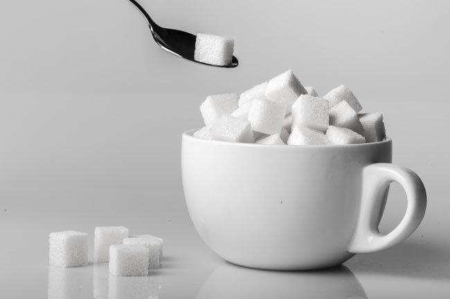 설탕은 불안한 영혼을 달래주지만, 혈당 상승 등 건강 문제 때문에 섭취를 피하는 사람이 많다.   [GettyImages]