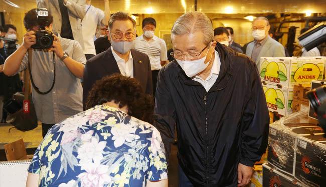 김종인 미래통합당 비상대책위원장이 8월 14일 서울 송파구 가락시장을 방문했다. [미래통합당 제공]