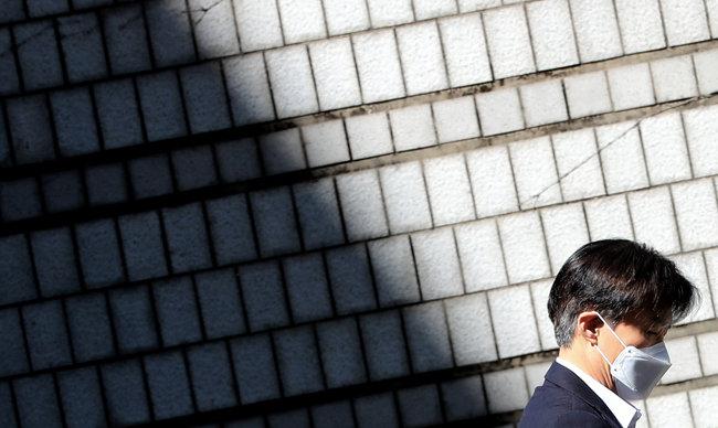 조국 전 법무부 장관이 5월 8일 서울 서초구 서울중앙지방법원에서 열린 첫 정식재판에 출석하고 있다. [뉴스1]