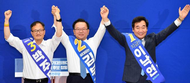 더불어민주당 대표 선거에 출마한 박주민·김부겸·이낙연 후보(왼쪽부터)가 8월 1일 부산 해운대구 벡스코 제2전시장에서 열린 합동연설회에 참석해 손을 들어 인사하고 있다.  [뉴시스]