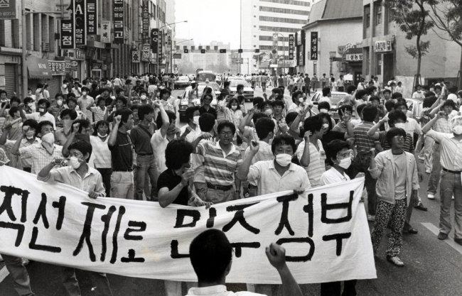 1987년 6월 시민들이 대통령 직선제를 요구하며 서울시내를 행진하고 있다. [동아DB]