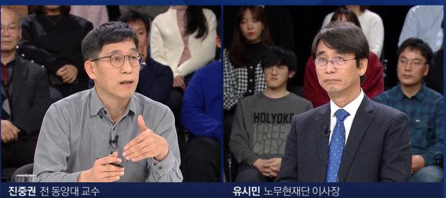 유시민 전 장관과 진중권 전 동양대 교수가 1월 1일 경기 고양시 일산 JTBC 스튜디오에서 열린 JTBC 신년특집 토론회에서 '한국 언론, 어디에 서 있나'를 주제로 토론하고 있다. [JTBC 캡쳐]