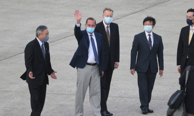 앨릭스 에이자 미국 보건복지부(HHS) 장관(왼쪽에서 두 번째)이 8월 9일 대만 타이베이 쑹산 공항에서 손을 흔들고 있다. [뉴시스]