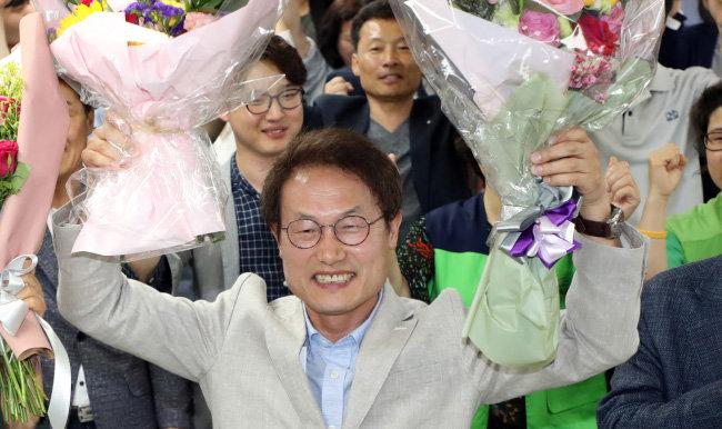 2018년 6월 13일 서울시교육감 선거에서 당선된 뒤  환하게 웃는 조희연 교육감. 이 선거로 전국 17개 시·도 가운데 14곳 교육을 진보 교육감이 총괄하게 됐다. [뉴스1]