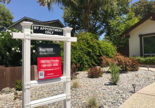 8월 1일 미국 캘리포니아주 새너제이 한 주택 앞에 '선약 필수(By Appointment Only)'라고 적힌 팻말이 걸려 있다.