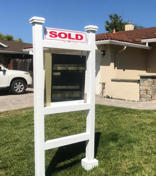 7월 31일 미국 캘리포니아주 새너제이 한 주택 앞에 '팔렸음(SOLD)'이라고 적힌 팻말이 걸려 있다.