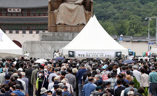 고 백선엽 예비역대장의 영결식을 하루 앞둔 7월 14일 서울 종로구 광화문광장에 마련된 시민분향소에는 조문객들의 발길이 이어졌다. [뉴시스]