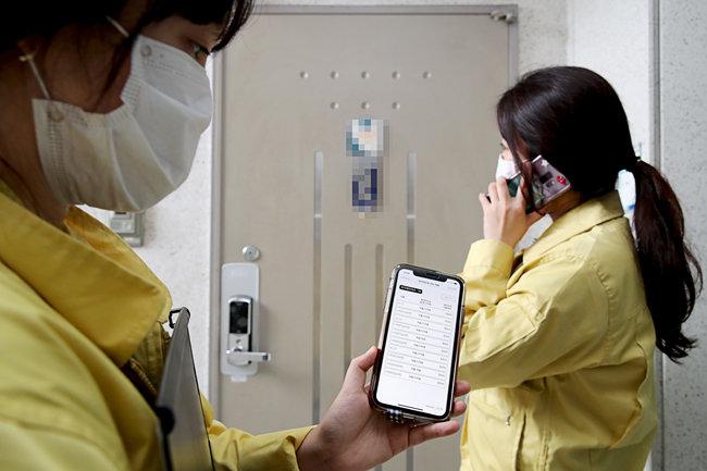 8월 27일 서울 성동구청 직원들이 관내 자가격리자 집을 방문, 자가격리 이행 준수 여부를 불시점검 하고 있다. [성동구청 제공]