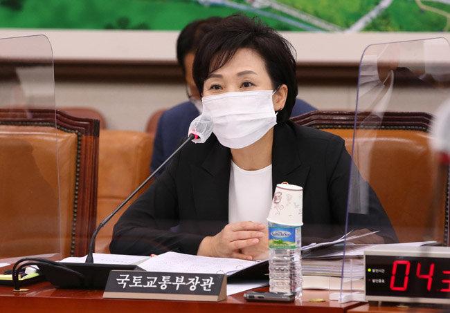 김현미 국토교통부 장관이 31일 서울 여의도 국회에서 열린 국토교통위원회 전체회의에서 발언하고 있다. [뉴스1]