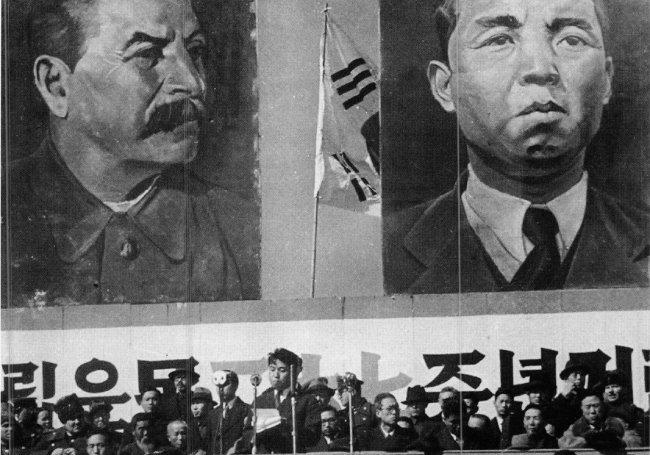 1948년 9월 북한 정권 수립 직후 내각 청사 앞에서 소련군 민정사령부의 주요 간부와 북조선노동당의 주요 계파를 대표하는 당 중앙위원들이 기념촬영을 하고 있다. [미디어한국학 제공]