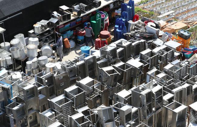 5월 13일 경기 안산시 한 중고물품 판매점에 주방용품이 쌓여 있다.
