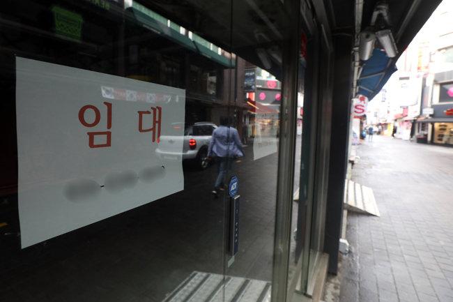 8월 27일 서울 명동 한 매장에 '임대 문의' 안내문이 걸려 있다. [뉴스1]