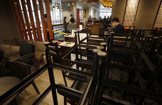 수도권에서 '사회적 거리두기 2.5단계'가 시작된 8월 31일 서울 중구 한 대형 프랜차이즈 커피전문점. 실내 취식 금지로 좌석에 아무도 앉지 못하게 됐다. [뉴시스]
