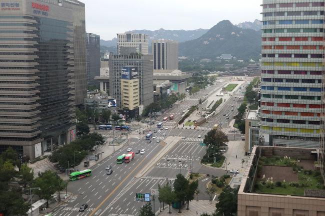 코로나19 방역 강화를 위한 사회적 거리두기 2.5단계 조치가 1주일 연장된 가운데 9월 6일 서울 광화문광장이 한산하다. [뉴스1]