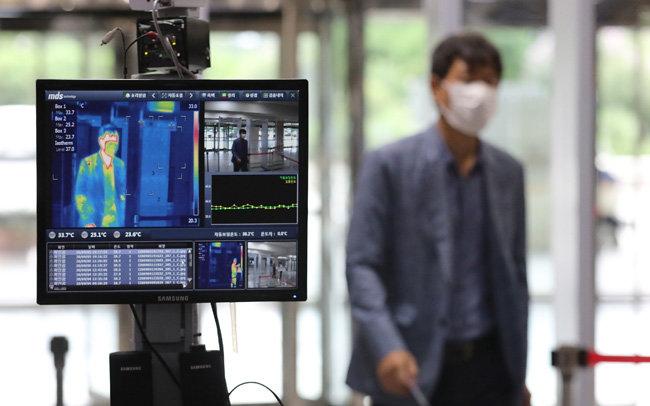 6일 오전 서울 여의도 국회의사당 입구에 설치된 발열 감지장치가 출입자의 체온을 측정하고 있다. [뉴스1]