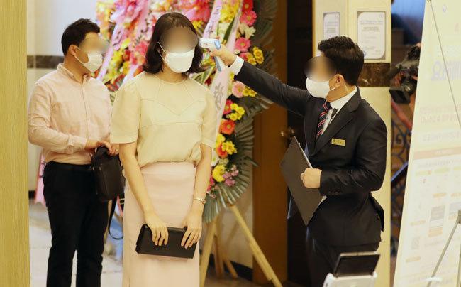 8월 29일 서울 강남구 한 웨딩홀에서 하객들이 입장 전 체온을 측정하고 있다. [뉴스1]
