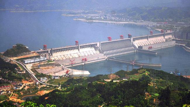담수 능력으로 중국 최대 규모인 싼샤 댐 전경. 댐 길이만 2309.47m, 하중도(河中島)와 화물선의 통행을 위한 갑문(閘門)까지 포함하면 전장(全長) 3335m의 대형 댐이다. [바이두]