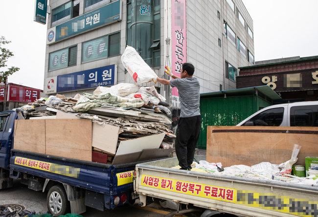 9월 5일 경기 안성시에서 철거업체 직원이 폐업한 학원에서 뜯어낸 시설물을 정리하고 있다.