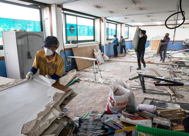 철거작업이 진행되는 경기 안성시 한 학원 내부.