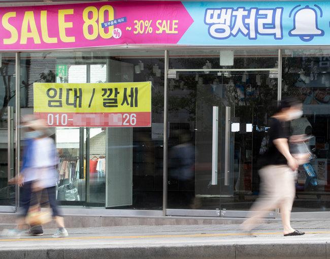 9월 3일 서울 용산구 한 건물. 텅 빈 상가에 임차인을 구하는 현수막이 걸려 있다.