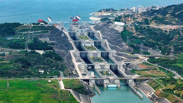 싼샤 댐의 화물 운송을 위한 5단계 갑문. 1만t 이하 화물선은 모두 통과가 가능하다. 싼샤 댐의 완공으로 이 갑문을 통한 연간 물동량은 5000만t으로 늘었다. 3000t 이하 화물선은 갑문 왼쪽에 위치한 화물선 엘리베이터를 이용한다.  [바이두]