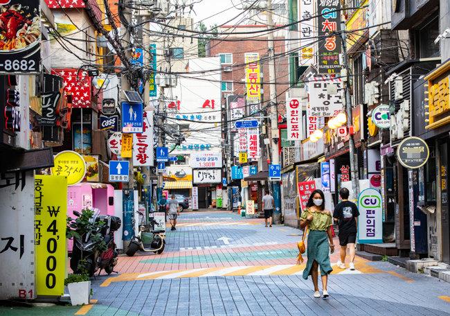 9월 8일 한낮인데도 오가는 이가 드문 서울 서대문구 신촌 먹자골목 풍경.