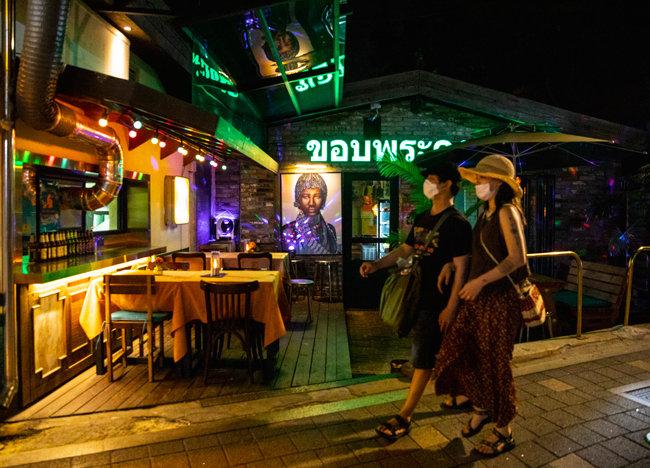 6월 8일 '이태원 클럽발 코로나19 연쇄 확진' 사태 이후 사람 발길이 끊겨 테이블이 텅 비어 있는 이태원동의 한 식당.