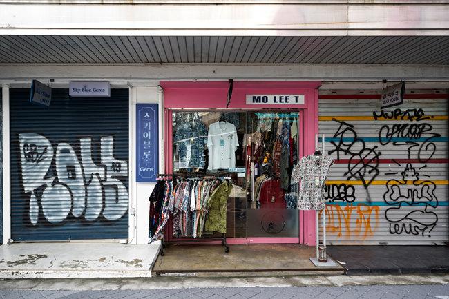 9월 3일 이태원동에서 이미 문을 닫은 점포들 사이에서 옷가게 하나가 홀로 버티고 있다.
