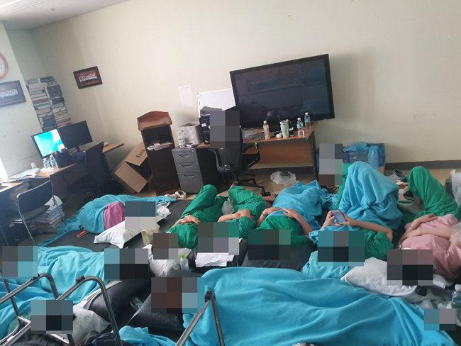 8월 28일 중앙보훈병원 간호사들이 간격을 두지 못한 채 집단으로 격리돼 있다. [페이스북 캡처]