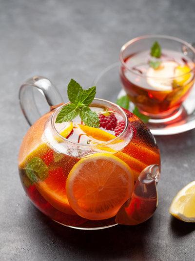 말린 과일로 차를 만들면 새콤달콤한 맛을 즐길 수 있다. [GettyImages]