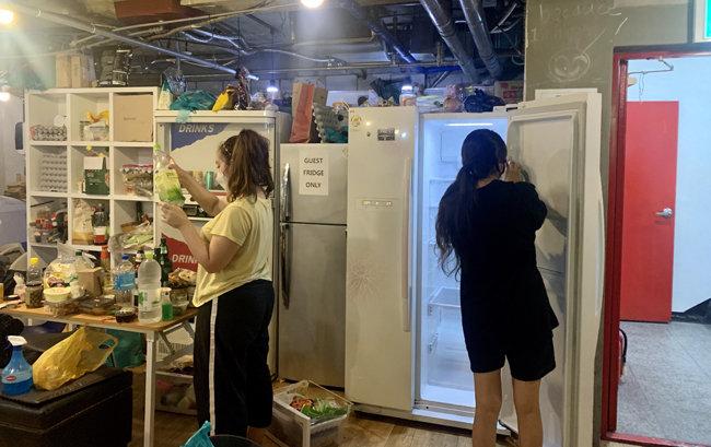 9월 1일 서울 서대문구 한 게스트하우스에서 청소와 방역작업이 한창이다. [문영훈 기자]