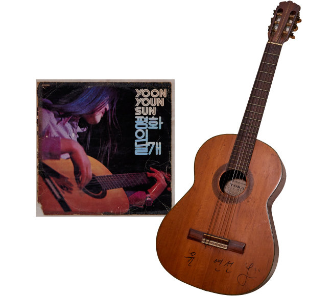 포크팬 사이에서 전설의 음반으로 통하는 가수 윤연선의 1972년 발매한 첫 독집 '평화의 날개' 재킷(왼쪽). 윤연선은 '동그라미 그리려다 무심코 그린 얼굴'이라는 가사로 유명한 노래 '얼굴'을 부른 가수다. 오른쪽은 그가 60년대 말에 아버지에게 선물 받은 첫 기타로, 첫 독집 재킷 사진에서 윤연선이 연주하는 바로 그 실물 기타이다.