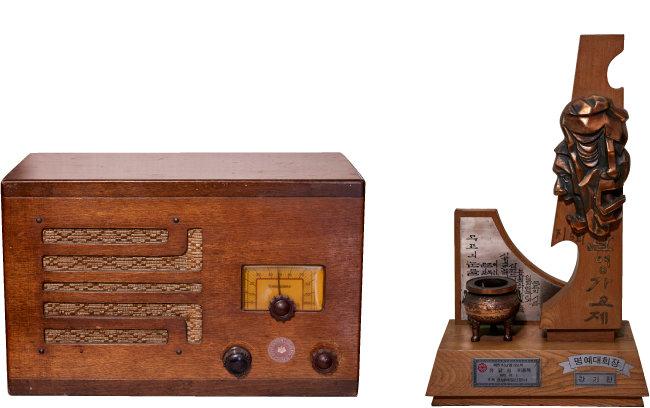 일제강점기이던 1930년대 조선총독부의 직인이 선명한 국내에서 생산된 진공관 라디오(왼쪽). 1972년 열린 제5회 난영가요제 트로피.