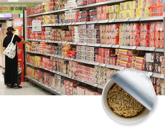 시장조사업체 닐슨코리아에 따르면 올해 상반기 국내 라면 시장 규모는 지난해 같은 기간보다 7.2% 증가한 1조1300억 원을 기록했다. 8월 20일 서울 한 대형마트 라면 코너 모습. [뉴스1]