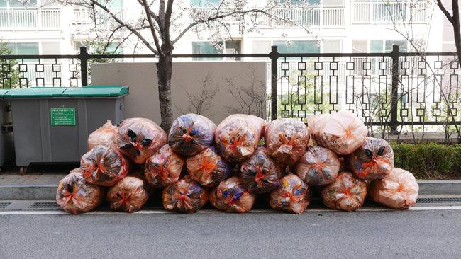2018년 비닐 대란 당시 서울 종로구 한 아파트에 방치된 폐비닐. [뉴스1]